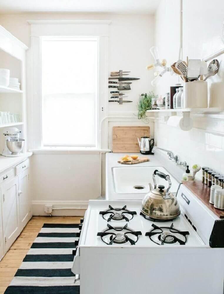 decoração clean para cozinha compacta com tapete listrado Foto Home Decoo