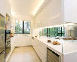 decoração clean para cozinha corredor com armários planejados brancos e bancada com proteção de vidro Foto Clifton Leung Design Workshop