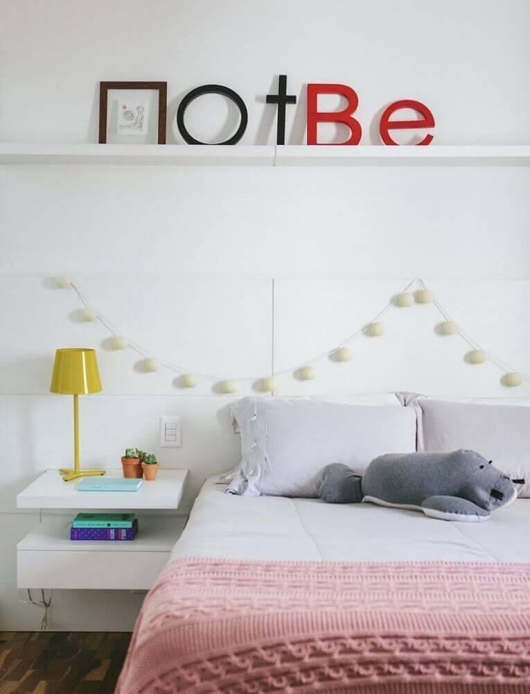 decoração clean para quarto com criado mudo suspenso Foto Assetproject