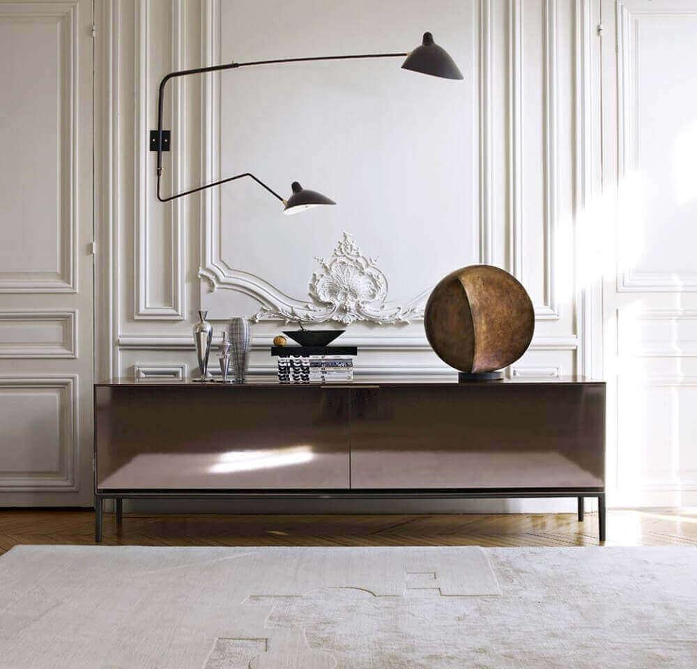 decoração com aparador espelhado bronze Foto Claude Cartier