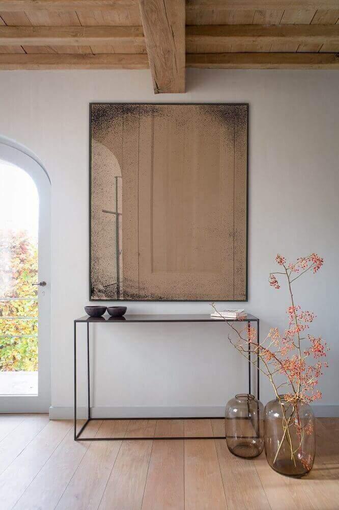 decoração com aparador minimalista e espelho bronze quadrado Foto Stockist