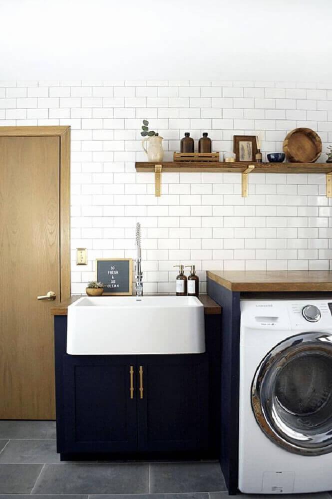 decoração com armário para lavanderia azul marinho e azulejo branco com prateleira de madeira Foto Home Decorating Ideas