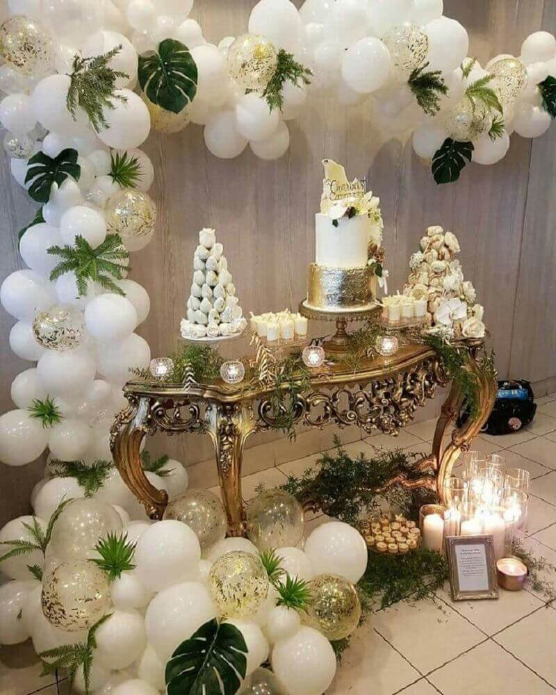 decoration with white balloons for party decorated in shades of gold Foto Dancing Orchid
