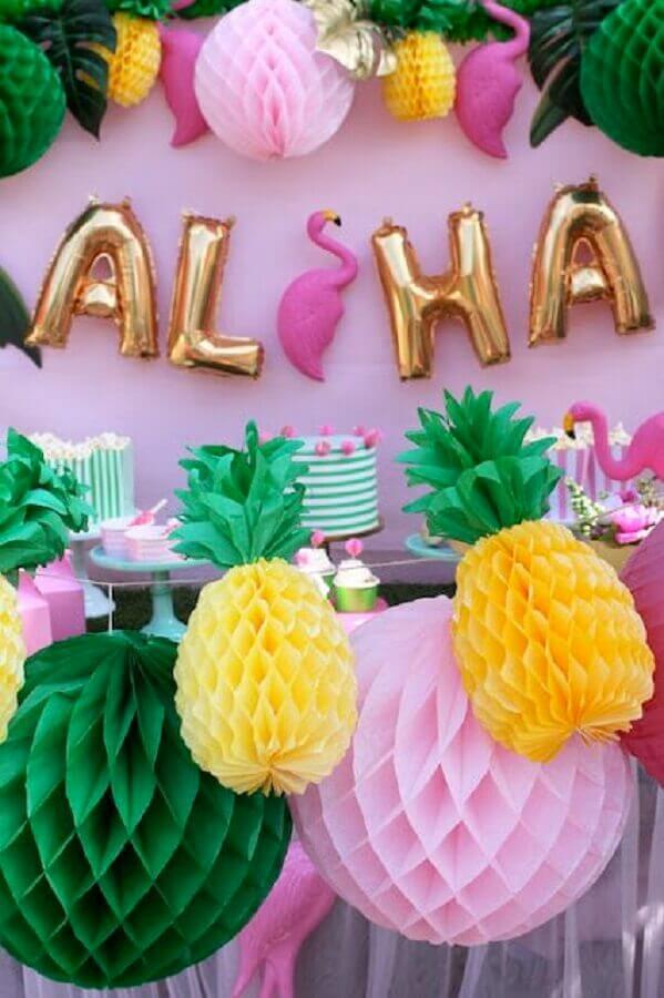 decoração com balões e arranjos de papel para festa flamingo tropical Foto mesibalend