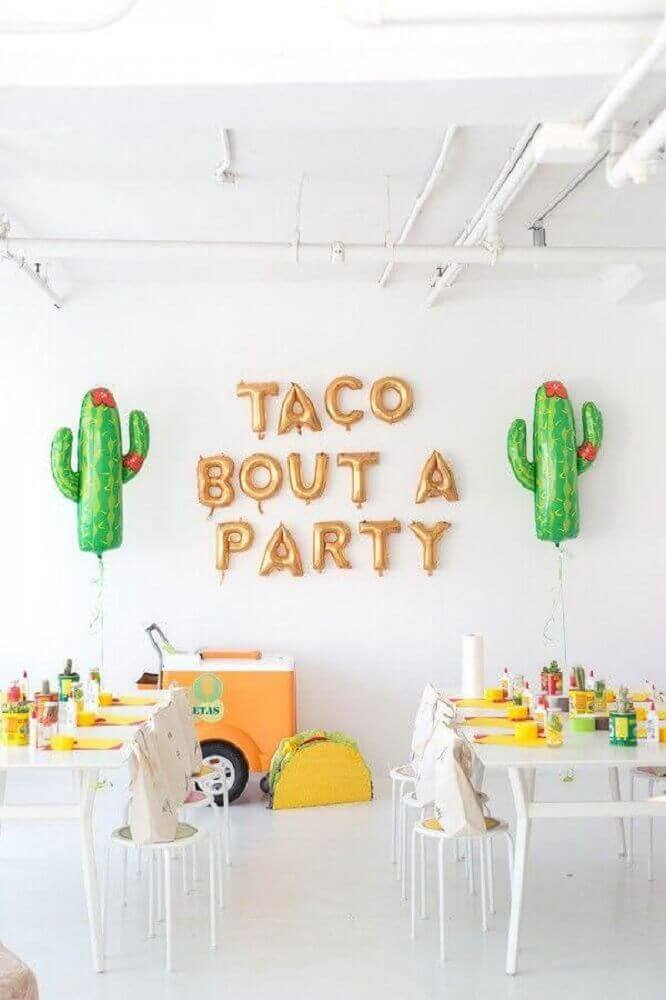 decoration with cactus shaped balloons for party with theme Mexico Photo Stephanie Kantis