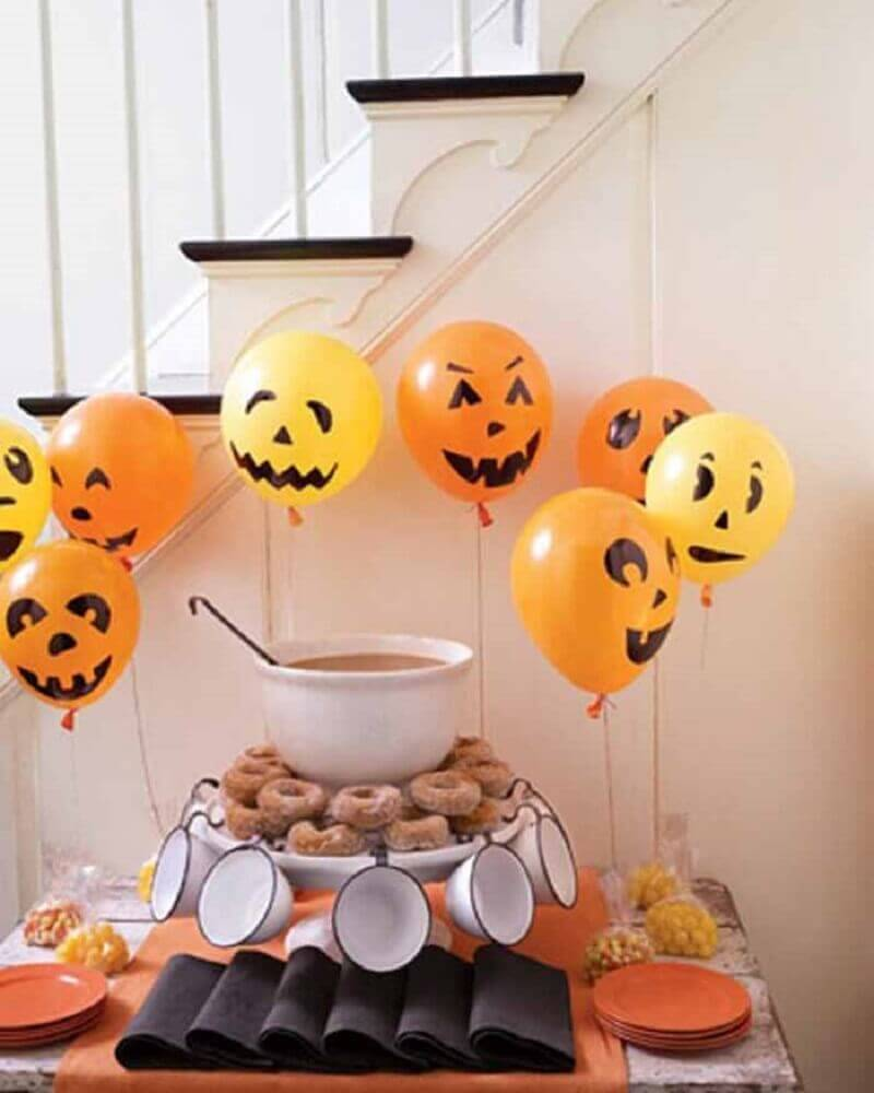 decoration with orange balloons for witch day party Foto Gooise Ballonnen