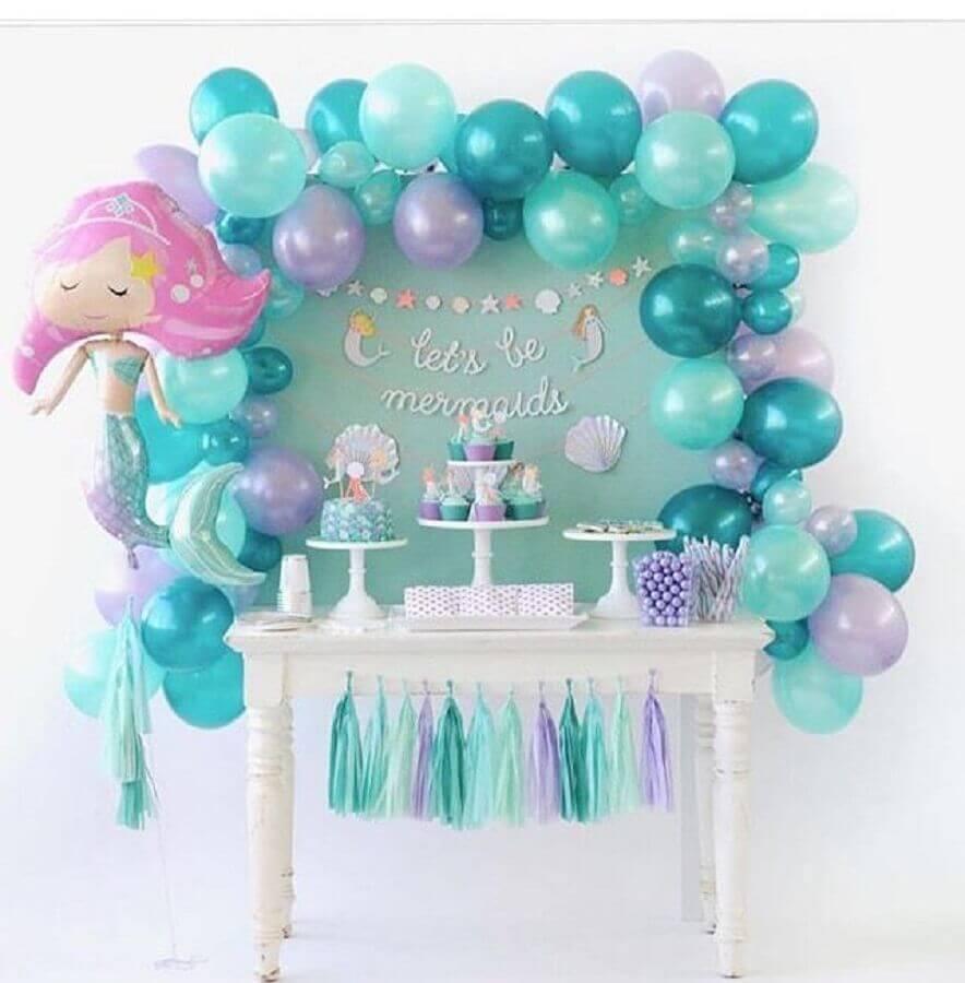 decoração com bexigas azuis para festa de infantil com tema sereia Foto Pinterest