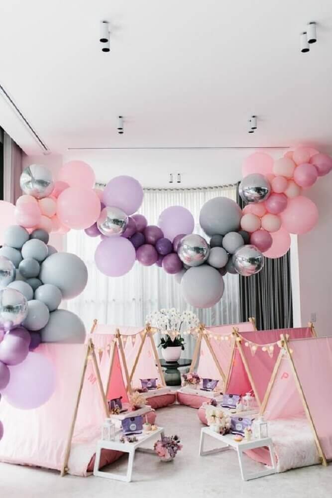 decoration with bladders for pajama party in shades of pink and gray Photo Party Ideas