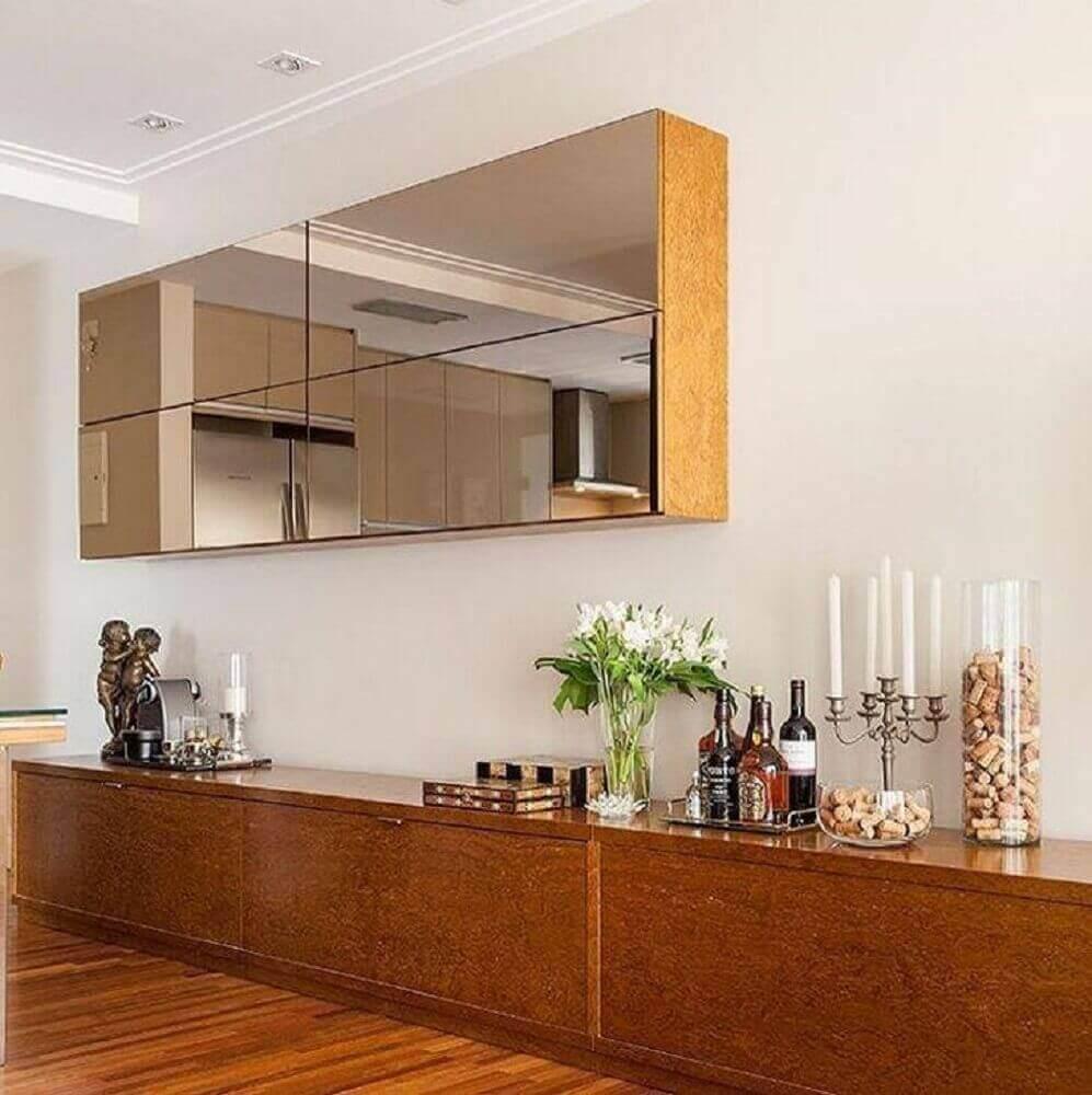 decoração com buffet de madeira e armário aéreo espelhado bronze Foto Estúdio AE