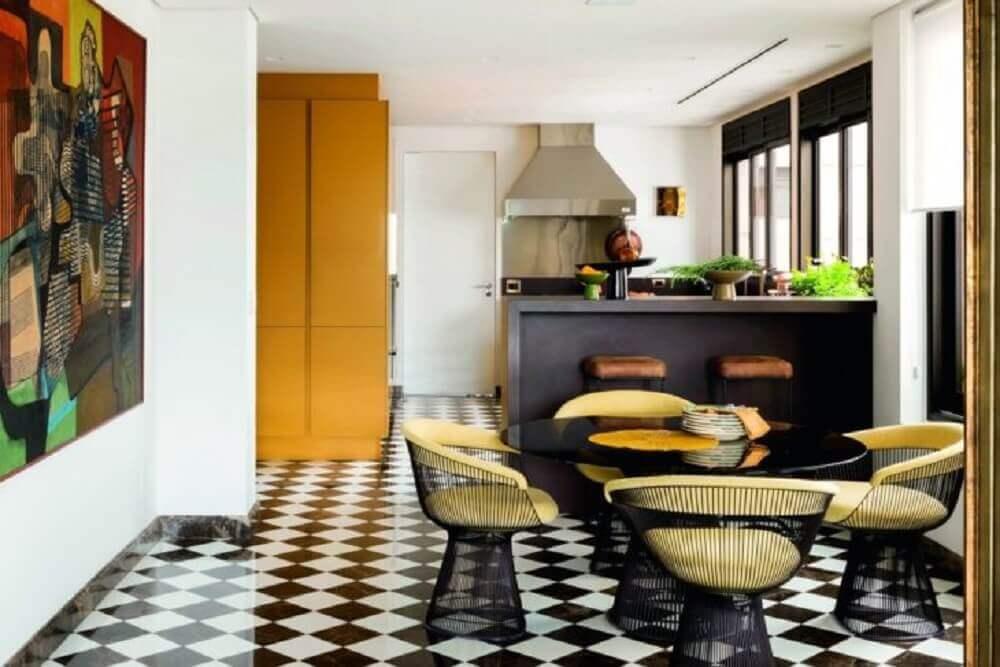 decoração com cadeiras para sala de jantar modernas com piso quadriculado preto e branco Foto Jean de Just