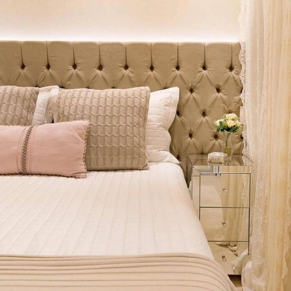 decoração com criado mudo espelhado para quarto com cabeceira capitonê Foto Wood Save