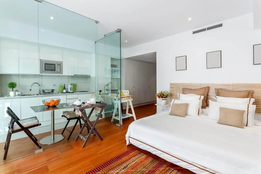 decoração com divisórias de vidro para quitinete com armários planejados