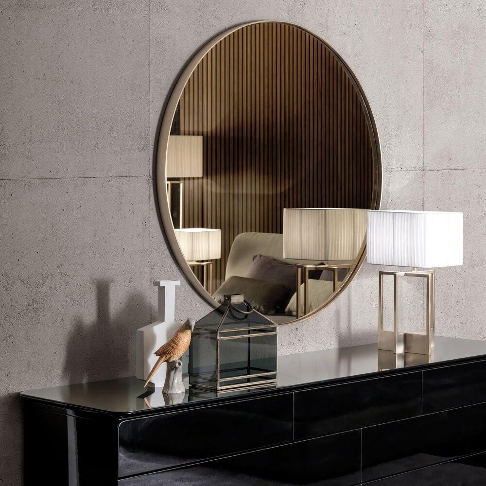 decoração com espelho de bronze redonda e aparador preto Foto Pinterest