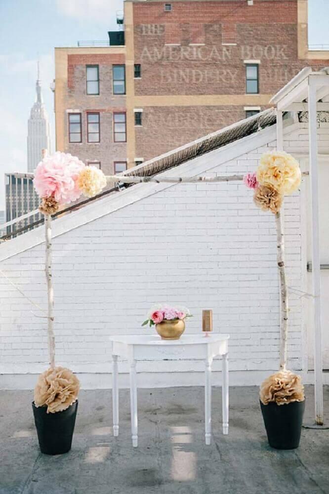 decoração com flores de papel para altar de casamento simples em casa Foto Pinterest