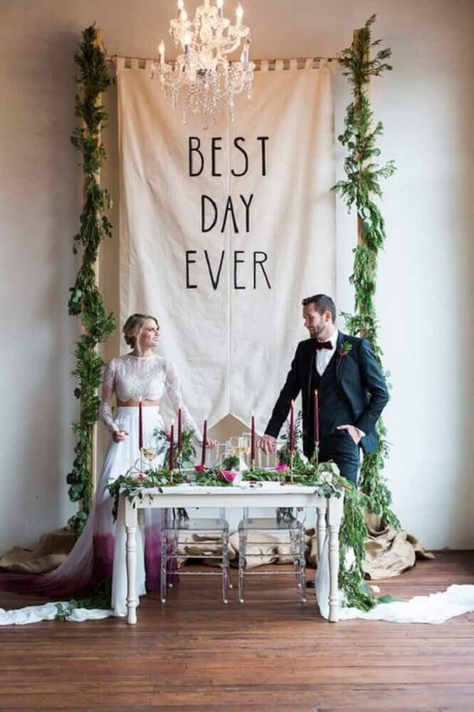 decoração com folhagens para altar em casamento em casa Foto Brit + Co