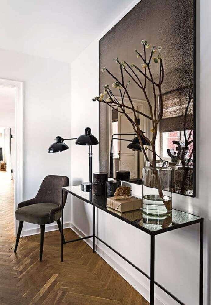 decoração com grande espelho de bronze quadrado e luminária preta Foto HomeDeco