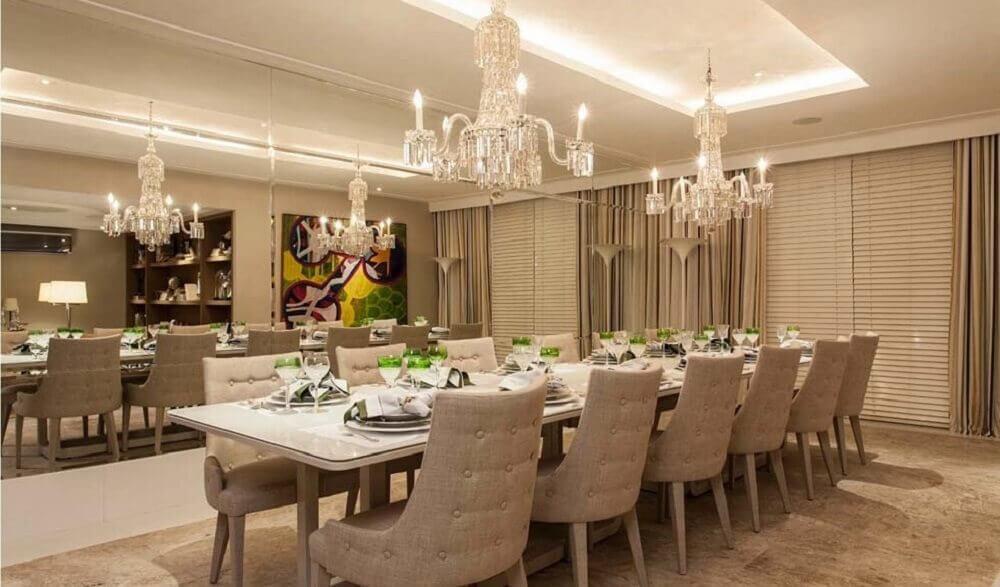 decoração com lustre parede espelhada e cadeiras para sala de jantar modernas Foto Aaron Guides