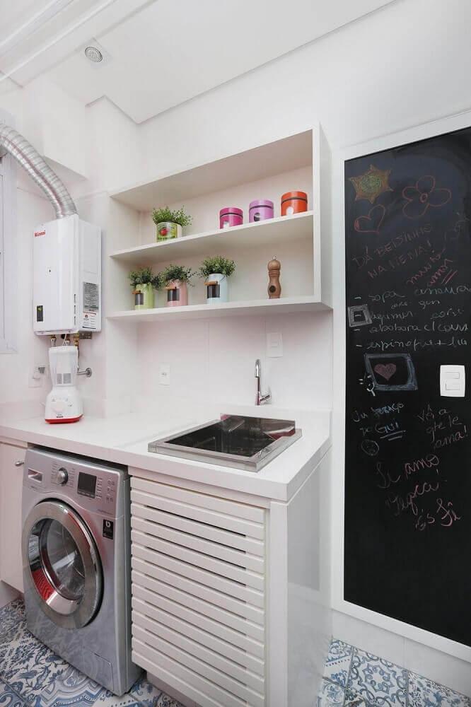 decoração com nicho e piso hidráulico para lavanderia pequena Foto Archduo