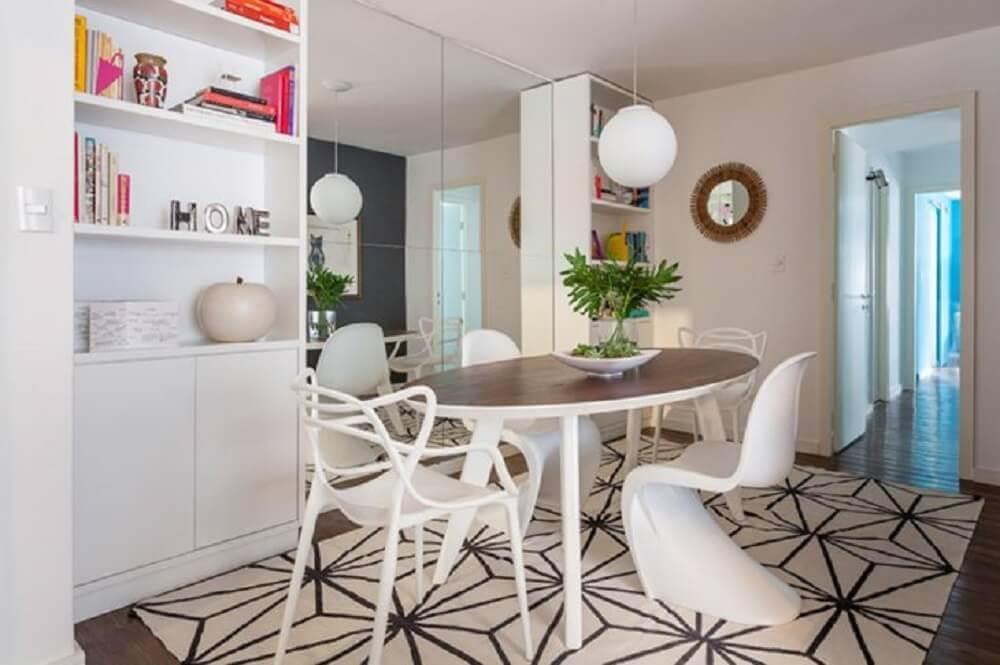 decoração com parede espelhada armário branco e mesa oval com cadeiras modernas para sala de jantar Foto Roberto Robl