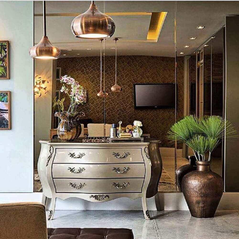 decoração com parede espelhada bronze cômoda provençal e pendentes rosé Foto Rajamala Furniture