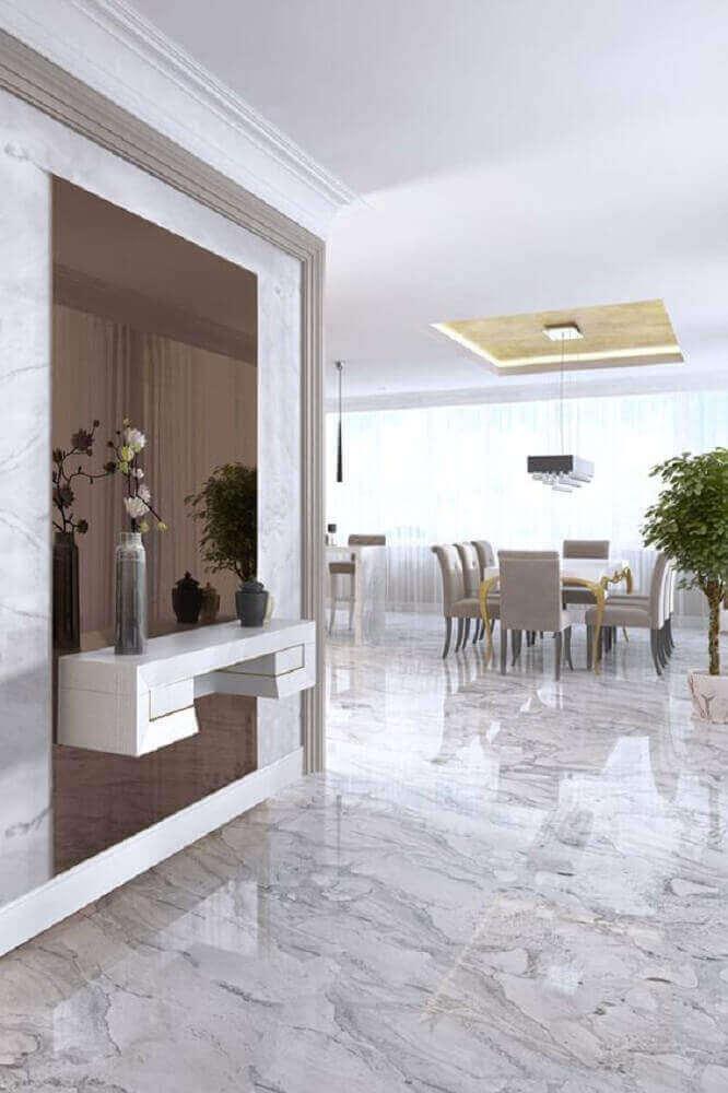 decoração com parede revestida de espelho bronze e aparador suspenso Foto Pinterest