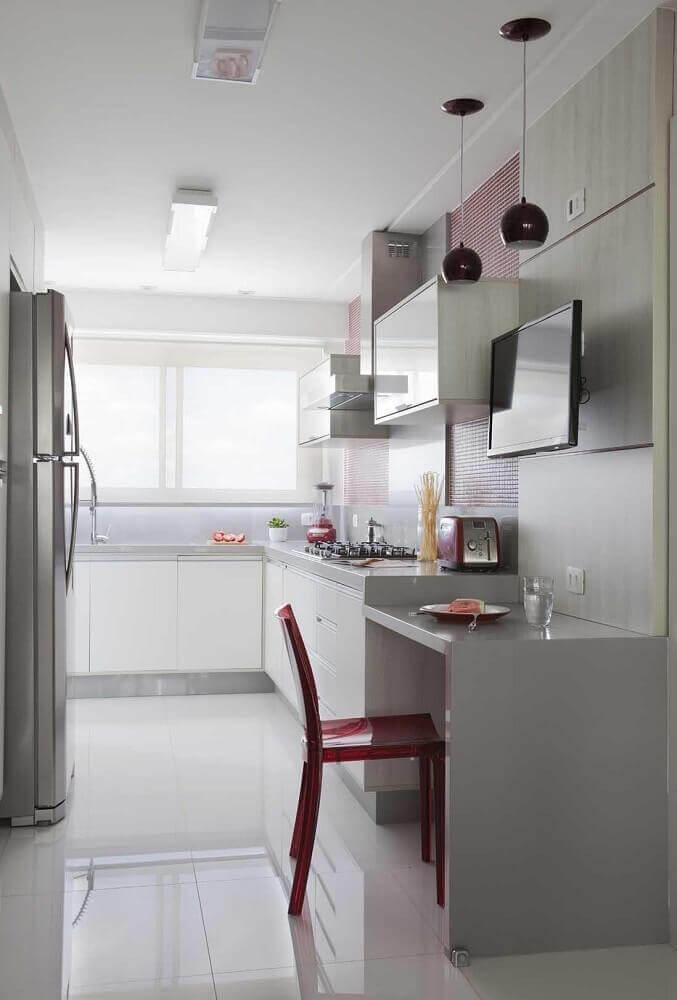 decoração com pastilhas e pendente vermelho para cozinha corredor branca Foto Érica Salguero