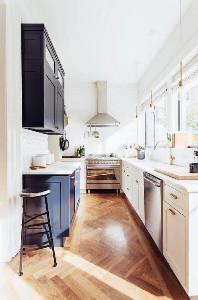 decoração com pendentes minimalistas e armário de cozinha compacta azul e branco Foto Inspidéco