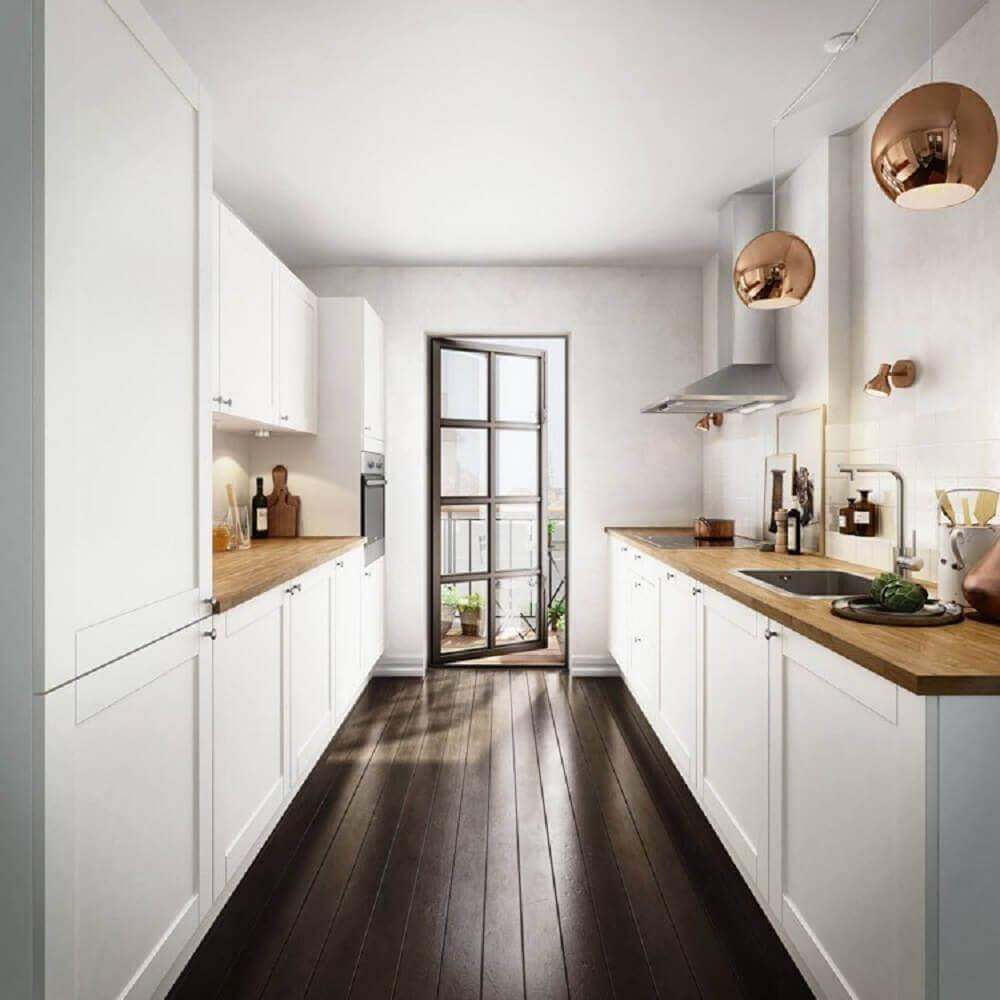 decoração com pendentes rose e armário de cozinha com balcão de madeira Foto Deavita