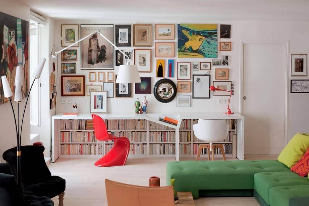 decoração com quadros e cadeiras de plásticos modernas para sala Foto HousesDesign