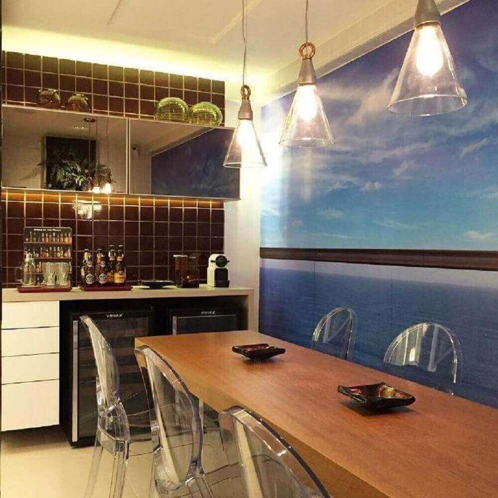 decoração cozinha com espelho bronze em armário e pendentes sobre mesa de madeira Foto Romero Duarte
