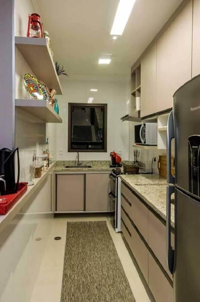 decoração cozinha compacta com balcão de granito e prateleiras Foto Vinícius de Mello
