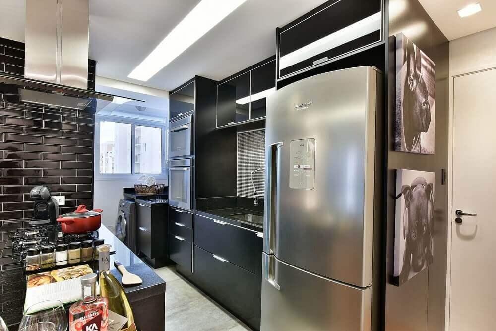 decoração cozinha compacta com cooktop e azulejos e armários preto Foto Tetriz Arquitetura e Interiores