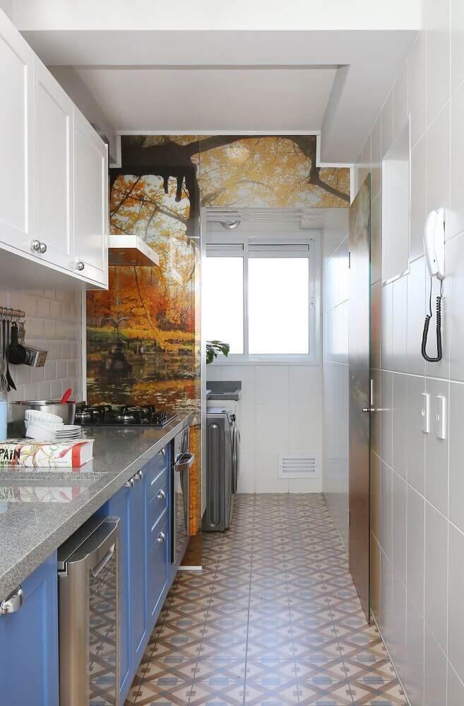 decoração cozinha corredor com adesivos de parede e armários azuis e brancos Foto Antonio Armando de Araujo