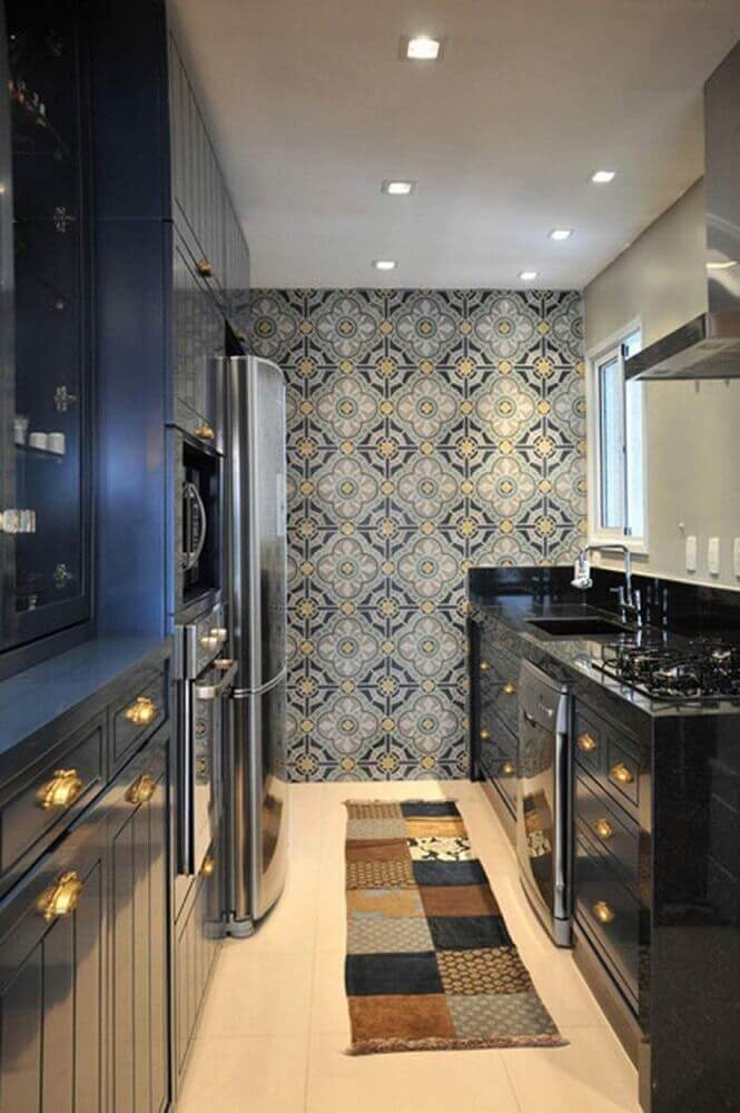 decoração cozinha corredor com ladrilho hidráulico e armário preto Foto Pinterest