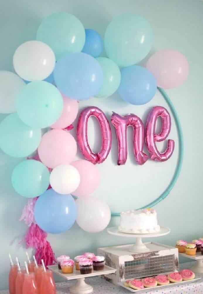 decoração de festa infantil simples com balões azuis Foto Haus Deko