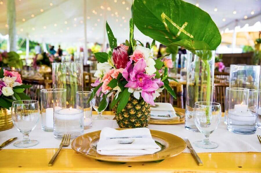 tropical party decoration with flower arrangement made in pineapple Foto Internovias