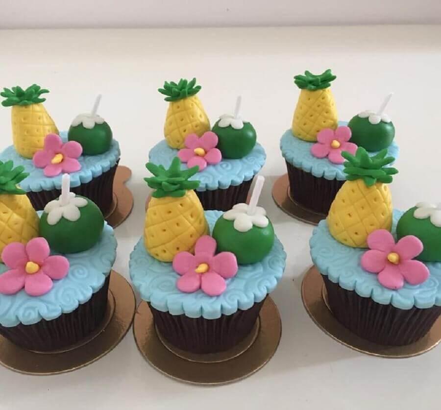 decoração de festa tropical com docinhos confeitados Foto Pinterest