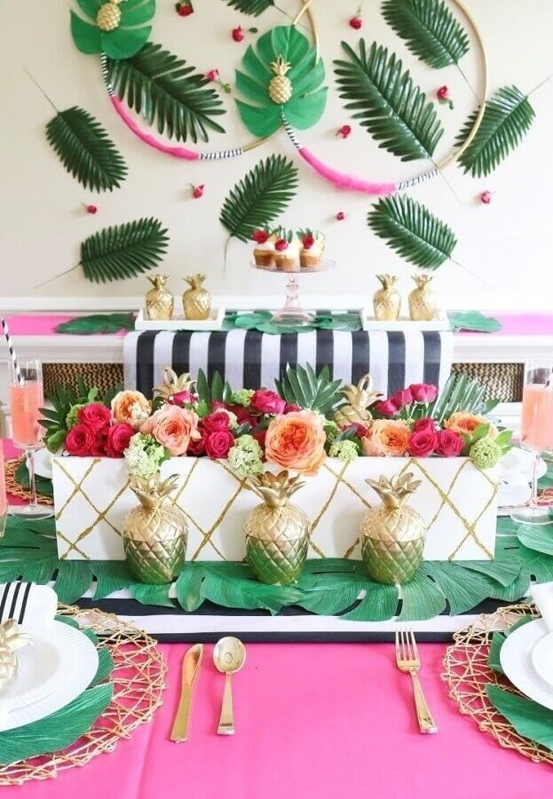 tropical party decoration with lots of flowers and foliage Foto Pinterest