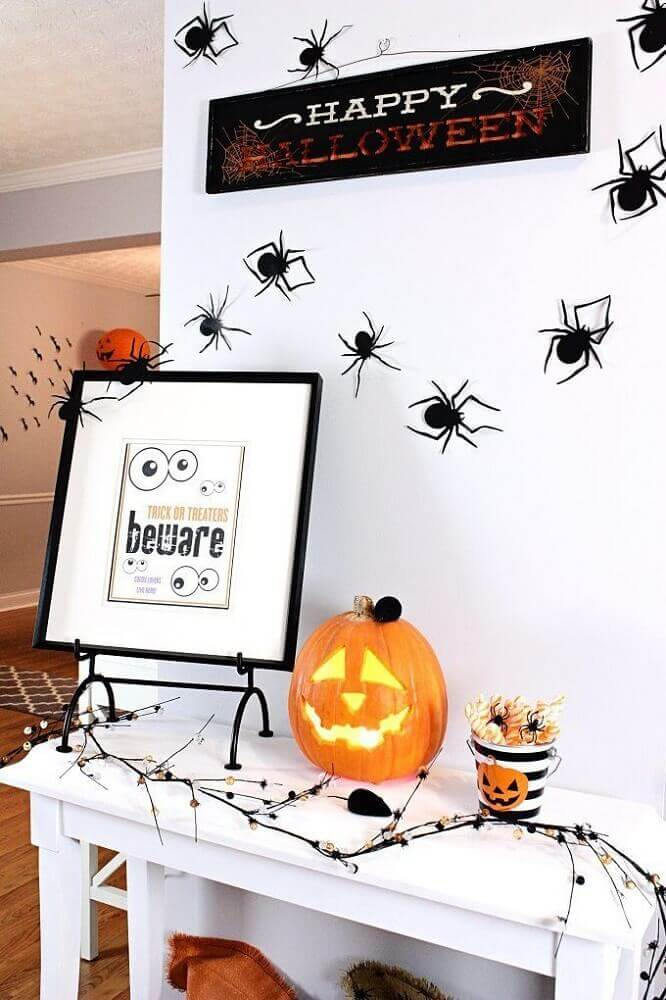 halloween decoration with spiders on the wall and Jack O' Lantern Photo Pinterest