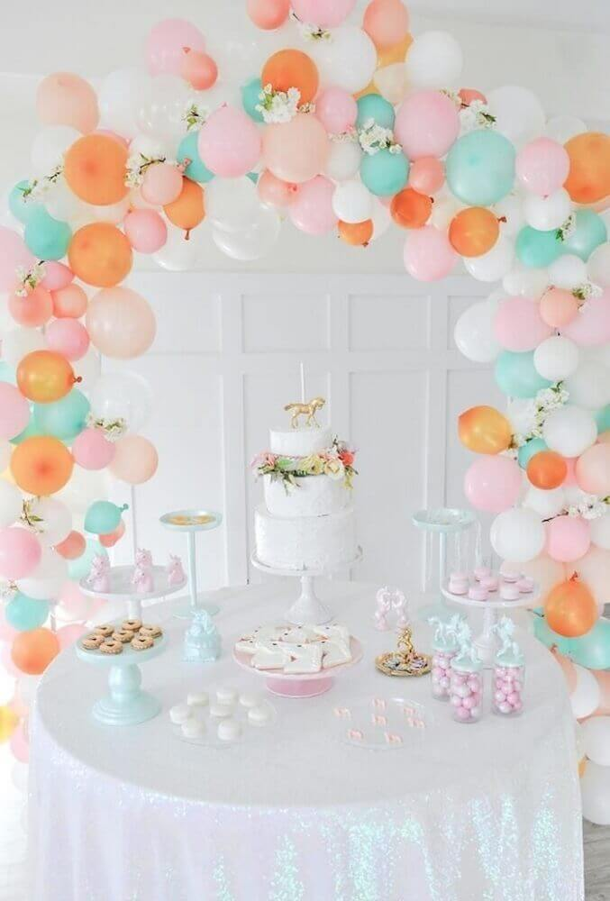 table decoration with balloons and white cake with flower arrangement Foto Picture Lights