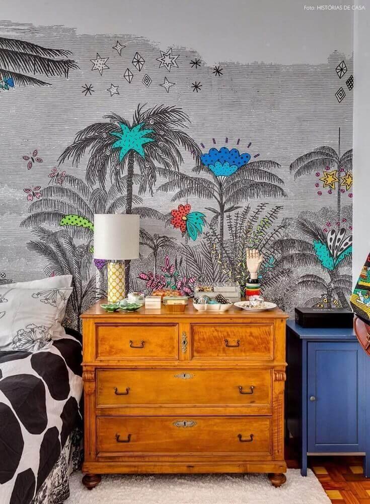decoração de quarto com papel de parede divertido e criado mudo de madeira Foto Home Decoo