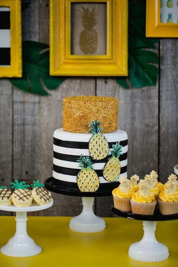 decoração em preto e dourado para festa tropical com abacaxi estampado nos detalhes Foto Popsugar