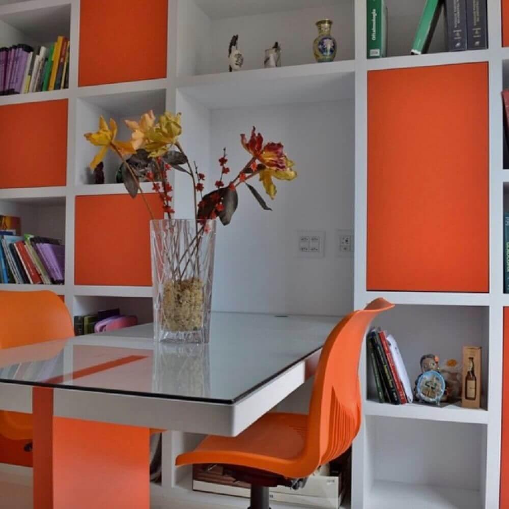 decoração em tons em branco e laranja com móveis laqueados Foto Casa da Madeira