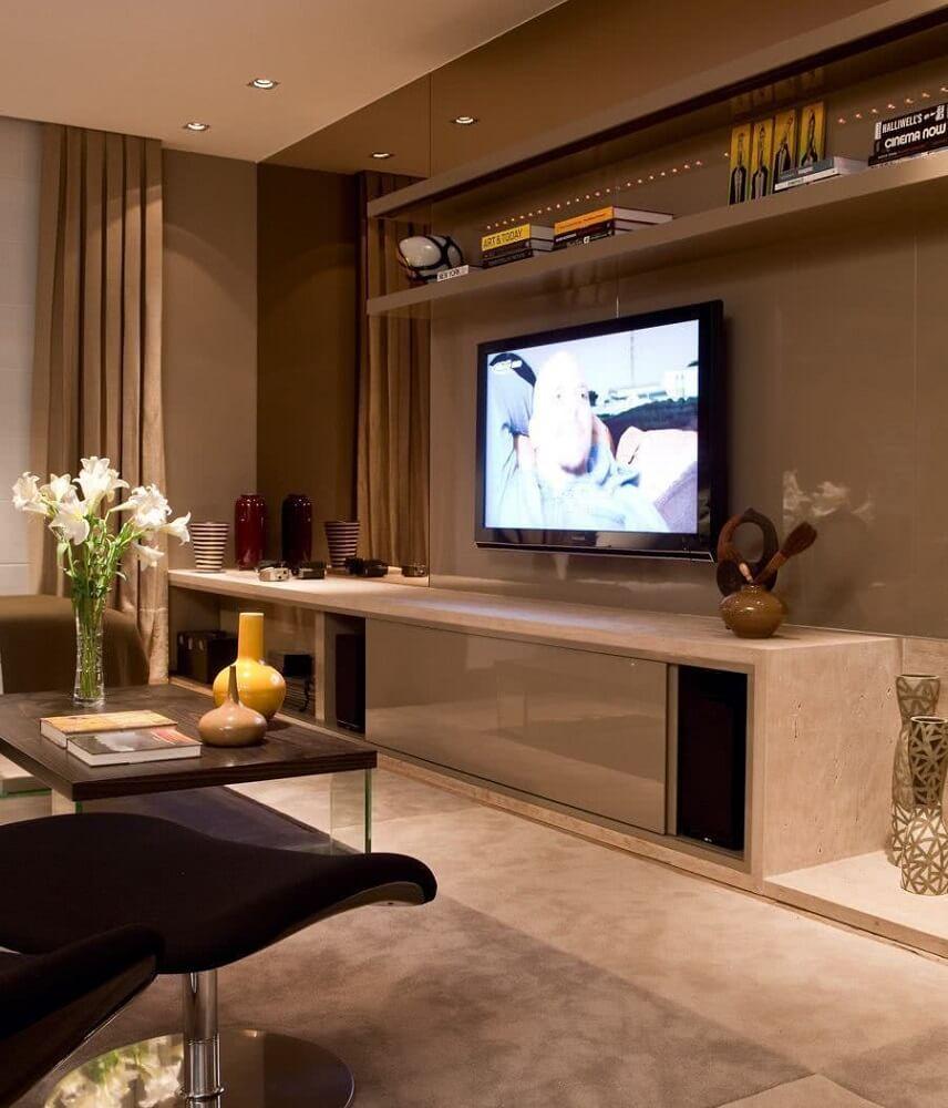 decoração em tons neutros para sala de estar com espelho bronze Foto Pinterest