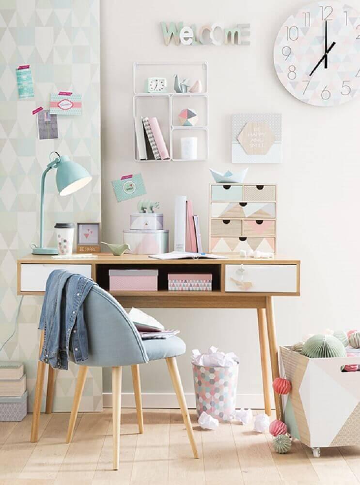 decoração em tons pastéis para pequeno home office com cadeira moderna Foto SummerGirl