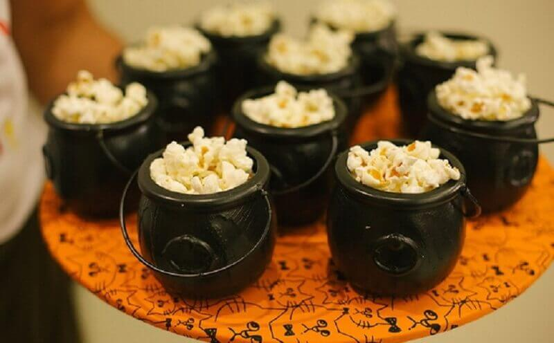 decoration halloween party with small cauldron Foto Pinterest