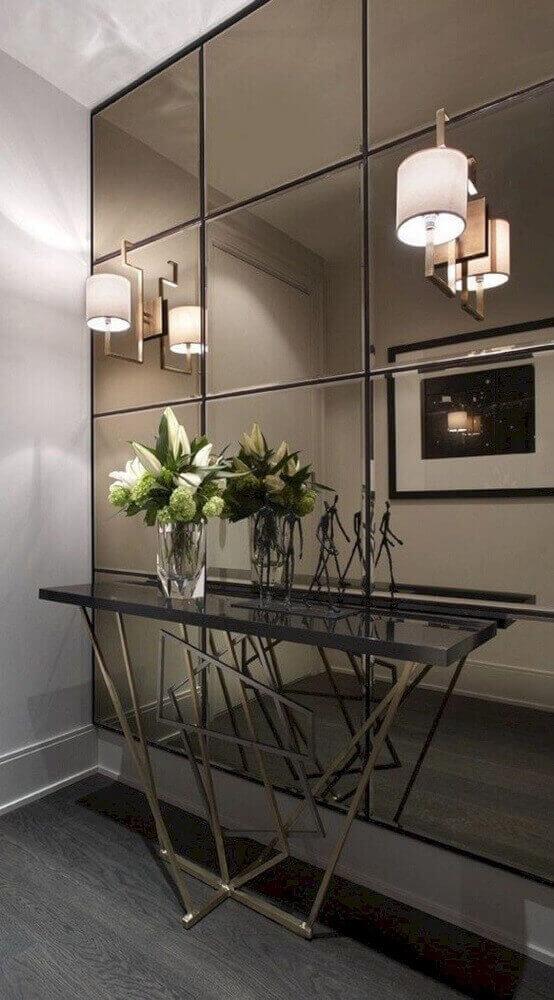 decoração hall de entrada com aparador moderno e parede espelhada com espelho bronze Foto Futurist Architecture