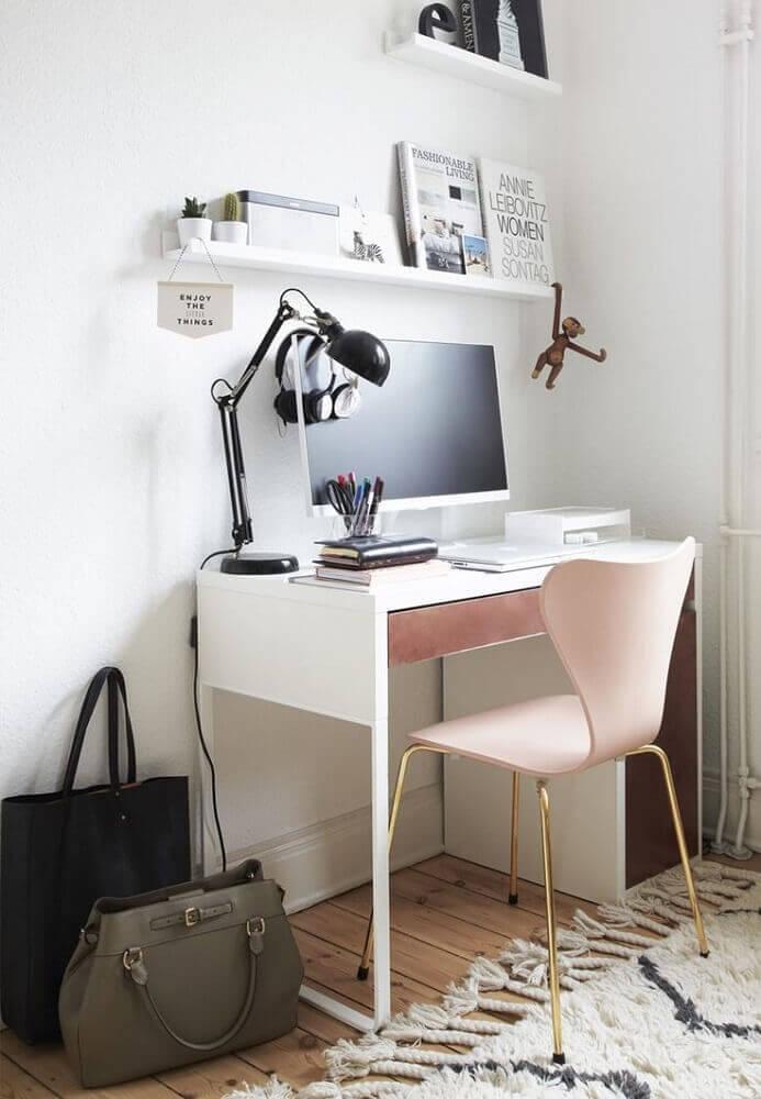 decoração home office com cadeira moderna com base dourada e assento rosa Foto Pinterest