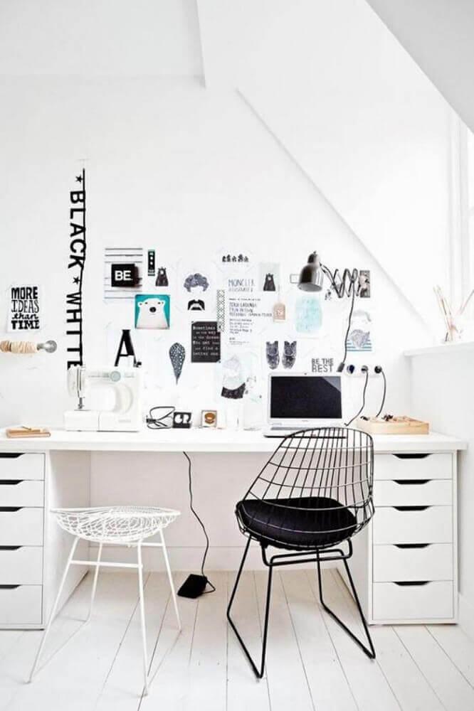decoração home office todo branco com dois modelos diferentes de cadeiras modernas para escritório Foto Archzine