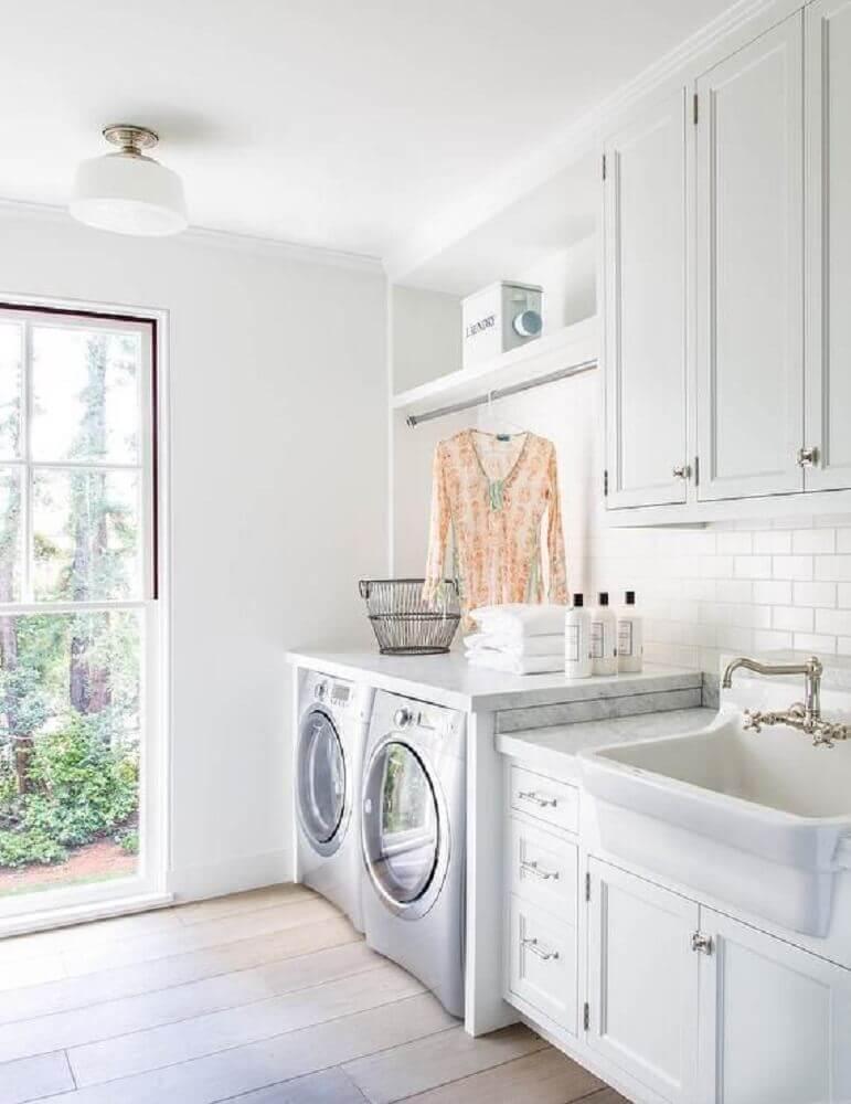 decoração lavanderia com armário planejado com cabideiro Foto Pinterest